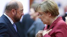 """ARCHIV - Der damalige EU-Parlamentspräsident Martin Schulz (SPD) und Bundeskanzlerin Angela Merkel unterhalten sich am 23.10.2014 in Brüssel vor Beginn des EU-Gipfels. (zu dpa """"Fünf Herausforderungen für Schulz - Wie wird er Merkel gefährlich?"""" vom 27.01.2017) Foto: Olivier Hoslet/EPA/dpa +++(c) dpa - Bildfunk+++"""