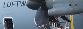 Mit defektem Triebwerk steh ein Airbus A400M am 07.02.2017 auf dem Flughafen Kaunas in Litauen. Bundesverteidigungsministerin Ursula von der Leyen (CDU) muss nach dem Besuch der Bundeswehr in Rukla die Rückreise aufgrund der Panne mit einer älteren Transall-Maschine antreten. (zu dpa «A400M-Panne in Litauen: Ministerin muss mit anderem Flugzeug zurück» vom 07.02.2017) Foto: Kay Nietfeld/dpa +++(c) dpa - Bildfunk+++