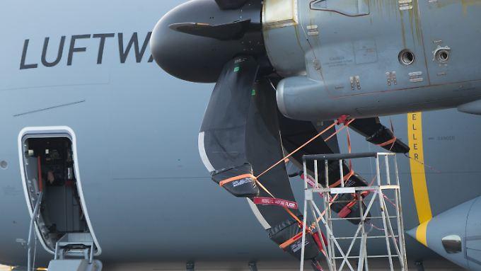 Das Triebwerk ist defekt: Der A400M, mit dem Verteidigungsministerin von der Leyen nach Litauen gereist war, ist nicht mehr flugfähig.