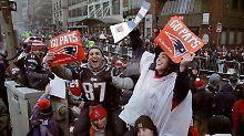 Fans der New England Patriots warten am 07.02.2017 in Boston auf die Siegesparade der Super Bowl Gewinner. Foto: Charles Krupa/AP/dpa +++(c) dpa - Bildfunk+++