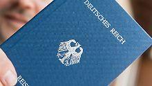 """ARCHIV - Ein Mann hält am 06.06.2016 in Rheinfelden (Baden-Württemberg) ein Heft mit dem Aufdruck «Deutsches Reich Reisepass» in der Hand. (zu dpa """"«Reichsbürger» soll terroristische Vereinigung gebildet haben"""" vom 25.01.2017) Foto: Patrick Seeger/dpa +++(c) dpa - Bildfunk+++"""