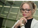 """ARCHIV - Das Model Gina-Lisa Lohfink kommt am 22.08.2016 ins Amtsgericht Tiergarten in Berlin. Knapp ein halbes Jahr nach derVerurteilung des Models Gina-Lisa Lohfink wegen falscher Verdächtigung wird in Berlin ihre Revision verhandelt. (zu dpa """"Ohne Zeugen: Fall von Gina-Lisa Lohfink erneut vor Gericht"""" vom 08.02.2017) Foto: Jörg Carstensen/dpa +++(c) dpa - Bildfunk+++"""