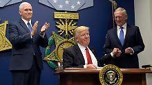 US Präsident Donald Trump (M) gibt Verteidigungsminister James Mattis (r) die Hand am 27.01.2017 im Pentagon in Washington, nachdem er eine exekutive Maßnahme zur Erneuerung des Militärs unterzeichnet hat. Links Vizepräsident Mike Pence. Foto: Susan Walsh/AP/dpa +++(c) dpa - Bildfunk+++