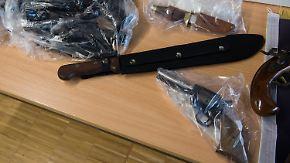 Beschlagnahmte Gegenstände liegen am 09.02.2017 während einer Pressekonferenz der Polizei in Göttingen (Niedersachsen) auf einem Tisch. Darunter ist eine Machete. Die Polizei hat im Zusammenhang mit einem möglicherweise bevorstehenden Terror-Anschlag in der Nacht zum 09.02.2017 zwei sogenannte Gefährder aus der Salafistenszene in Göttingen festgenommen. Foto: Swen Pförtner/dpa +++(c) dpa - Bildfunk+++