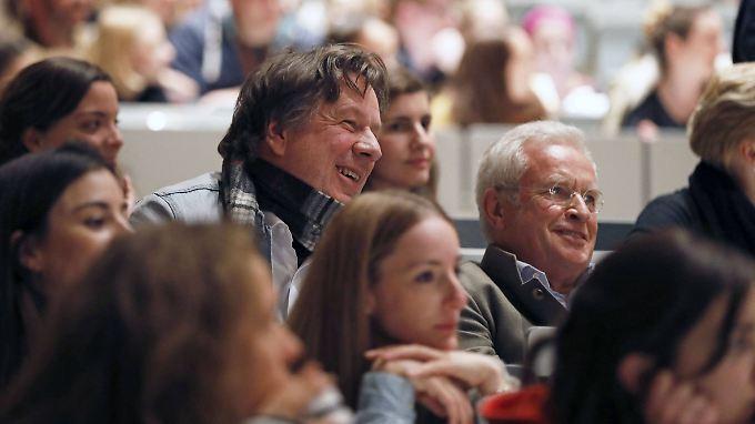 Jörg Kachelmann und sein Anwalt Johann Schwenn hören amüsiert den Ausführungen von Alice Schwarzer zu.