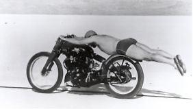 Rollie Free bei seiner Rekordfahrt auf einer Vincent.