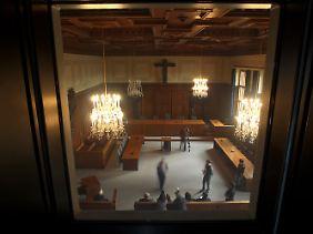 Blick durch ein Fenster in den Schwurgerichtssaal 600 im Landgericht Nürnberg-Fürth.