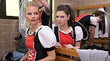 Sind sich gar nicht grün: Saskia (Sinja Dieks, l.) und Annika (Natalia Rudziewicz)