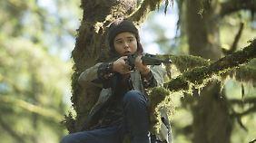 Nell muss schnell lernen, mit einer Waffe umzugehen.