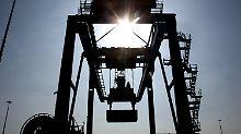 Containerverladung im Duisburger Hafen.