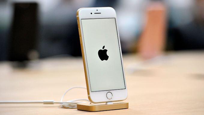 Das iPhone 7 auf einer Dockingstation. Beim iPhone 8 könnte der Lightning-Anschluss dank Drahtlos-Ladetechnik frei bleiben.