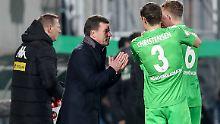 Dieter Hecking (M.) hat bei Gladbach für eine deutliche Leistungssteigerung gesorgt.