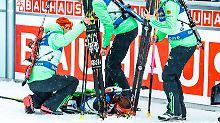 Ihre Staffel-Kolleginnen müssen der völlig entkräfteten Laura Dahlmeier sogar die Ski abnehmen.