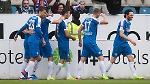 Dominik Wydra (M.) beschert seinem VfL in der 87. Minute den Sieg.