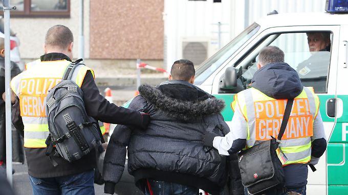 Die Feststellung der Identität ist einer der entscheidenden Schritte im Asylverfahren - und für eventuelle Abschiebungen.