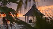 """Siegmund Freud nannte es die Fixierung, wir nennen es frei nach Freud die sechste, die """"geniale Phase"""". Abend für Abend treten Menschen an den Strand und halten ihre Kameras minutenlang in die untergehende Sonne, klappern mit dem Eis in ihren Sundownern und gehen erst wieder, wenn der letzte rote Strahl im Meer versunken ist. Obsessionen á la Jamaika."""