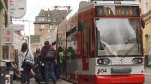 Die Zahl der Fahrgäste im Nahverkehr ist auf ein Rekordhoch gestiegen.