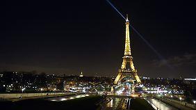 Der Eiffelturm ist das Wahrzeichen von Paris.