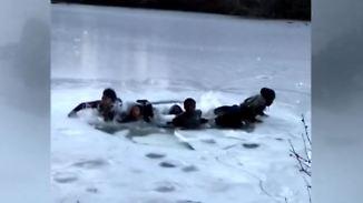 Dramatische Rettung in New York: Sieben Jugendliche brechen in zugefrorenem See ein