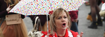 Vom schlechten Wetter lassen sich die Karnevalisten nicht die Stimmung verhageln.