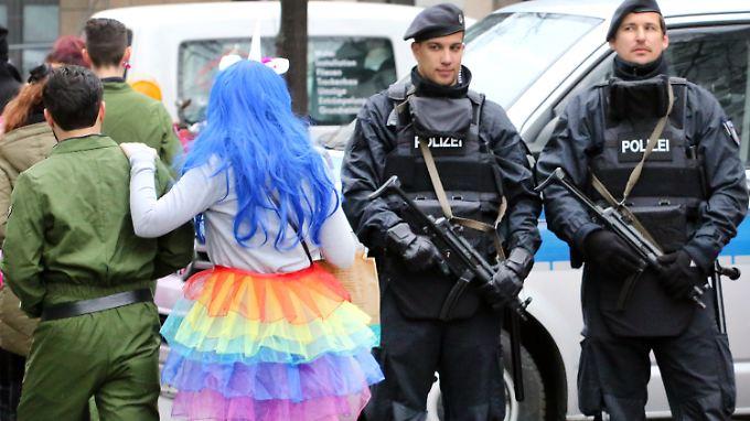Bei zahlreichen Karnevalsveranstaltungen, wie hier zur Weiberfastnacht in Düsseldorf, patroullieren in diesem Jahr stark bewaffnete Polizisten.