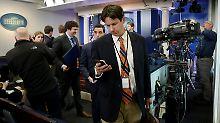 Journalisten verlassen nach Bekanntgabe der Entscheidung den Raum, in dem das Briefing abgehalten wird.