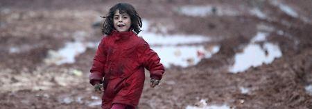Dieses junge Mädchen lebt derzeit noch in einem der unzähligen Flüchtlingslager entlang der türkisch-syrischen Grenze.