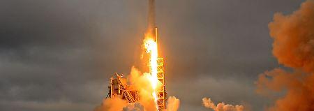 Eine Falcon9-Rakete von SpaceX beim Start: Das Unternehmen will Ende kommenden Jahres zwei Weltraumtouristen auf Mondumrundungstour schicken.