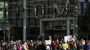 """""""Peinlich, seinen Namen hier zu sehen"""": Proteste begleiten Trump-Tower-Eröffnung in Vancouver"""