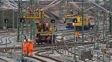 Bauarbeiten an der Oberleitung im Bereich des Hauptbahnhofs von Halle/Saale.