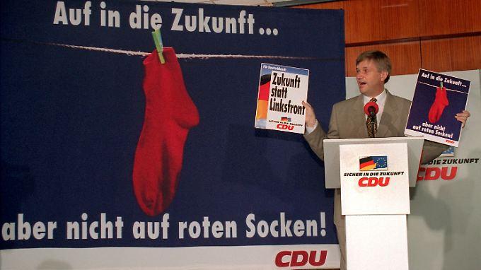 Peter Hintze bei der Präsentation des Rote-Socken-Plakates 1994.