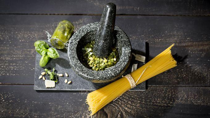 Mühseliger als mit dem Blitzhacker: Das Stampfen des Pestos im Mörser bringt aber den besten Geschmack hervor.