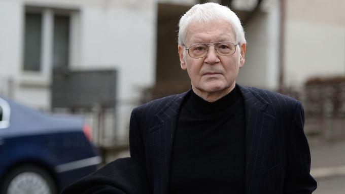 Anton Schlecker auf dem Weg zum Gerichtssaal. Es ist seit Ende der Neunzigerjahre das erste öffentliche Bild des ehemaligen Unternehmers.