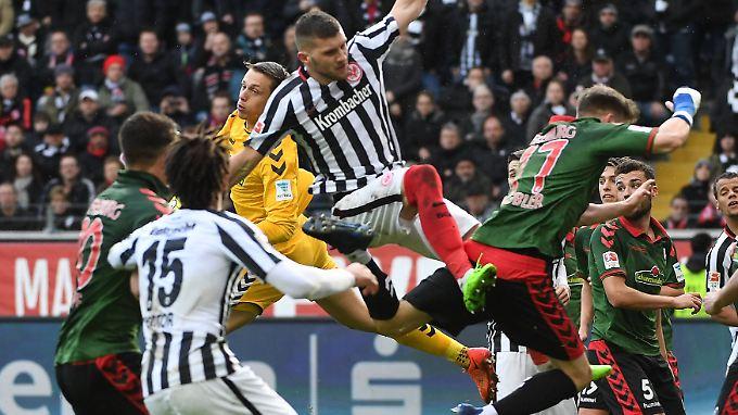 Hart umkämpft war der Strafraum von Freiburg-Keeper Schwolow.