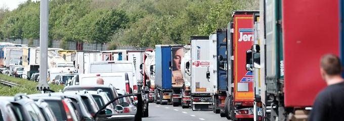 Eine Rettungsgasse muss bereits dann gebildet werden,  wenn der Verkehr ins Stocken gerät.