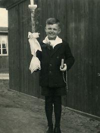 """Hopf am Tag seiner Erstkommunion, neun Jahre alt, überzeugt von seiner """"Nichtswürdigkeit""""."""