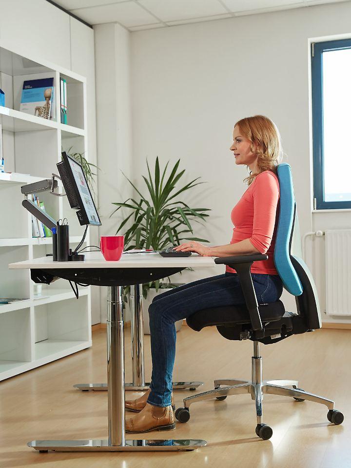Ein ergonomischer Arbeitsplatz sorgt für eine entspannte, aufrechte Sitzhaltung und kann Rückenschmerzen vorbeugen.