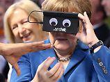 Wenn Angela Merkel eine VR-Brille testet, entstehen solche Bilder.