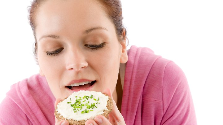 Eine Scheibe Brot, Quark und Schnittlauch: köstlich und gesund.