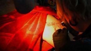 Misshandelte Frauen in Russland: Tattoos verdecken Narben von Opfern häuslicher Gewalt