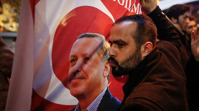 Ein Kuss für Erdogan vor der niederländischen Botschaft in Istanbul. Die diplomatische Eskalation kommt dem türkischen Präsidenten gelegen.