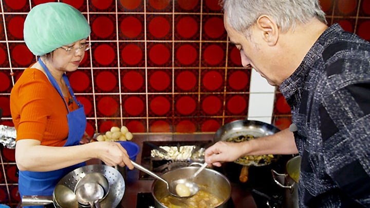 Schlechte Köchin mit schöner Duschhaube - Le Phung Banh mit Christian Rach.