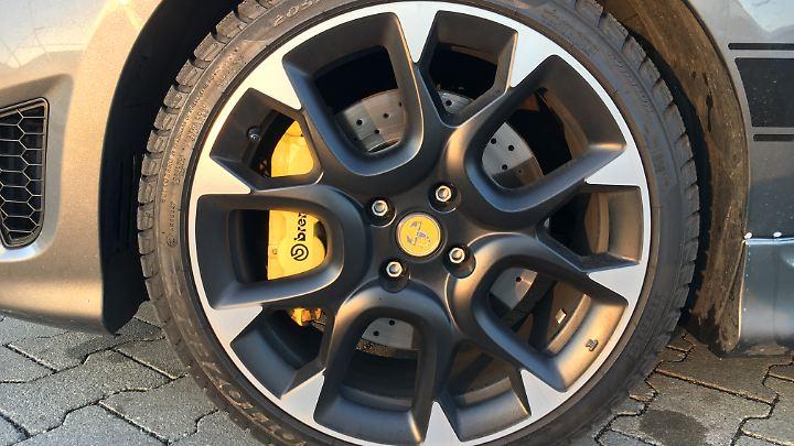 Die Bremssättel der Brembos sind gelb lackiert und sehen in den 17 Zoll großen Bicolor-Felgen richtig gut aus.