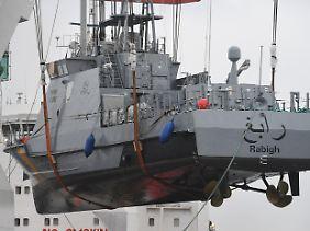 Ein Küstenschutzboot für Saudi-Arabien wird im Hafen von Mukran (Mecklenburg-Vorpommern) auf ein Transportschiff verladen (Archivbild).