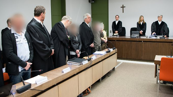 Die Angeklagten zum Prozessauftakt. Nun sind sie zu mehreren Jahren Haft verurteilt worden.