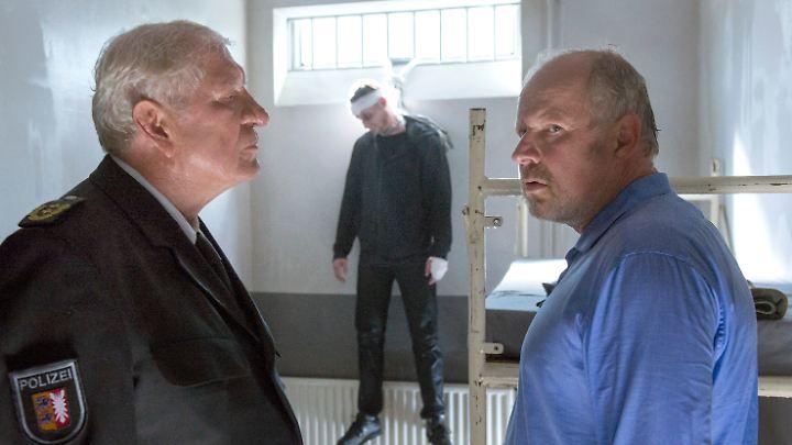Hat der Mörder (Maximilian Brauer, Mitte) Selbstmord begangen? Der LKA-Chef (Michael Rastl, r.) und Kommissar Borowski (Axel Milberg) haben darüber geteilte Meinungen.