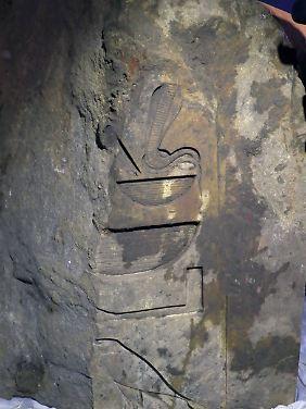 Inschriften deuten darauf hin, dass die Statue auf Pharao Psammetich I. zurückgeht.