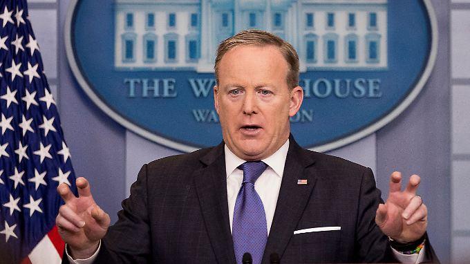 """Spicer erklärt den Abhörskandal: """"wire tapping"""" mit Anführungszeichen ist etwas anderes als """"wiretapping"""" ohne Anführungszeichen."""