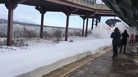 Kaum zu glauben, aber wahr: Zug begräbt wartende Fahrgäste unter Schneemassen