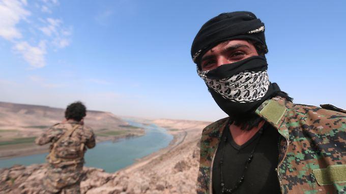 Kämpfer der YPG posieren vor dem Euphrattal nahe Rakka.